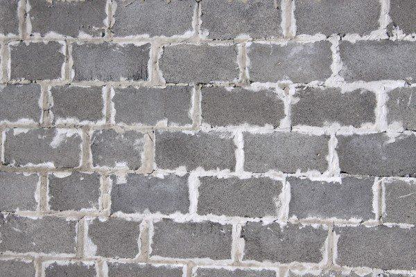 Раствором следует затирать все трещины и щели, чтобы избежать мостиков холода