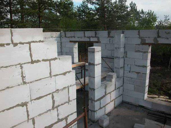 Размер одного блока почти в семь раз превышает размер кирпича, вследствие чего дом «вырастает» как из-под земли
