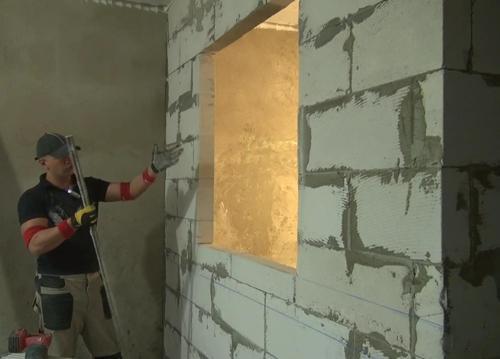 Размеры пеноблоков позволят быстрее уложить стену, чем сделать эту кладку из кирпича.