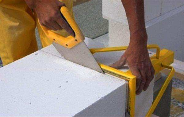 Разрезать пеноблок можно обычно ножовкой