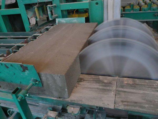 Резка бетонной заготовки позволяет добиться максимальной точности форм и размеров