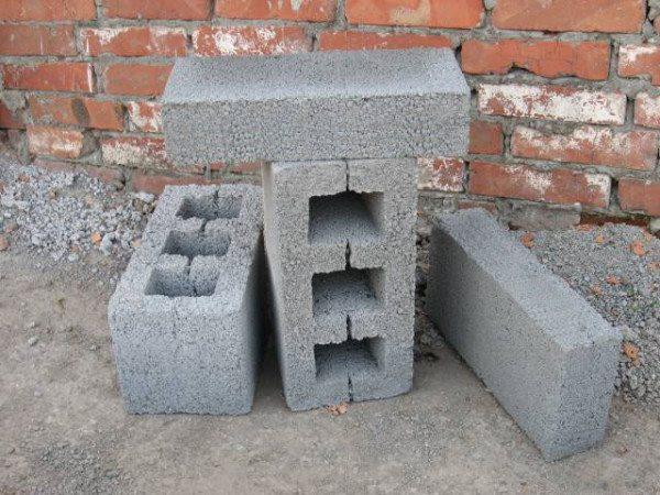 Шлакоблоки – дешевый материал, который можно применять для строительства.