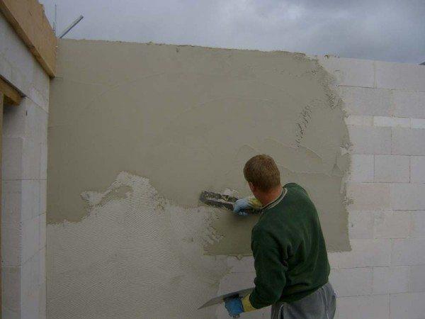 Стену из пенобетонных блоков необходимо защищать штукатуркой.