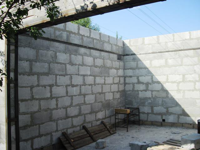 стены будущего гаража на одну машину
