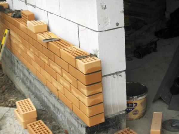 Стены из пенобетона требуют облицовки