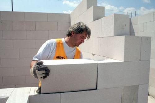 Стены из пеноблока возводятся в три раза быстрей, чем из кирпича