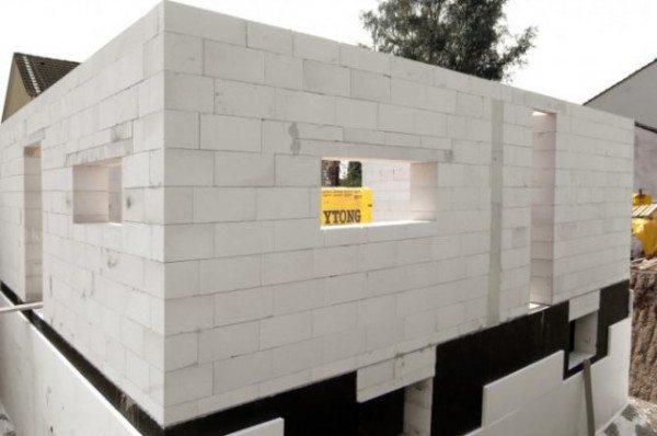 Стены из пеноблоков получаются очень ровными.