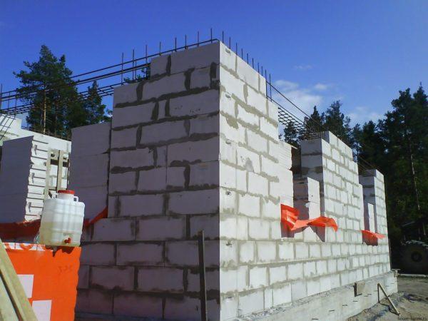 Строительство стен из газобетона требует строгого соблюдения технологии