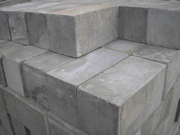 Существенный минус материала — это повышенное влагопоглощение, поэтому без хорошей штукатурки стен не обойтись