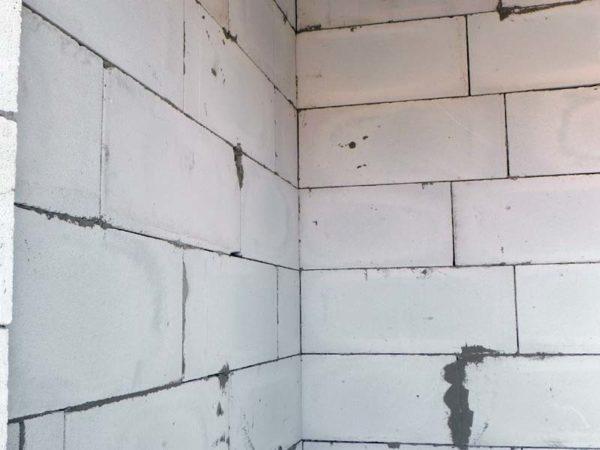 Тонкие швы делают стену крепче и теплей