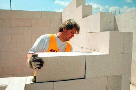 Укладка пеноблоков – с каждым блоком стена растет на глазах