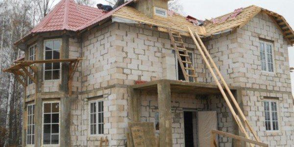Утепление дома лучше производить после окончания возведения несущих стен, а не одновременно