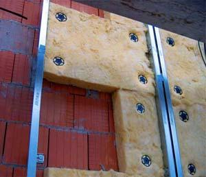 Утепление стен при помощи минеральной ваты или панелей требует наличия специального крепежа и зашивки