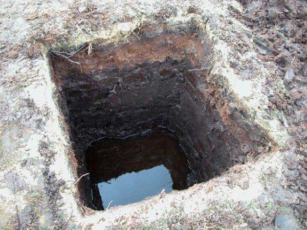 В случае с появлением воды в углубление для опоры, необходимо выстроить дренажную систему