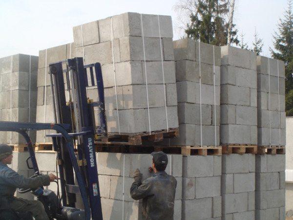В среднем на одном поддоне может поместиться около 50 блоков, исходя из этого, следует освободить достаточное место на участке