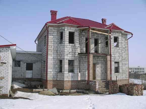 В таком доме первоначально следует определиться с общей площадью всех стен и отнять от этого результата суммарную площадь оконных проемов