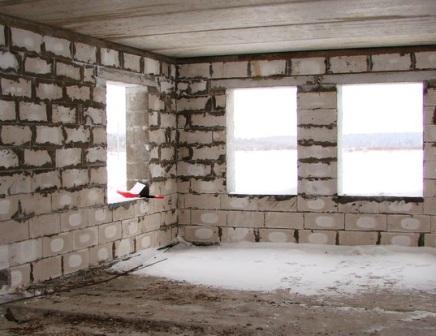 Внутренняя поверхность стен дома из блоков