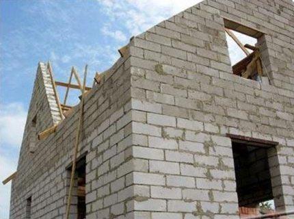 Возведение дома из пеноблочных материалов: промежуточный этап постройки