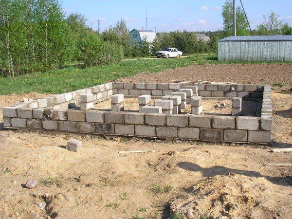 Возведение первых рядов – самая сложная работа в процессе строительства стен
