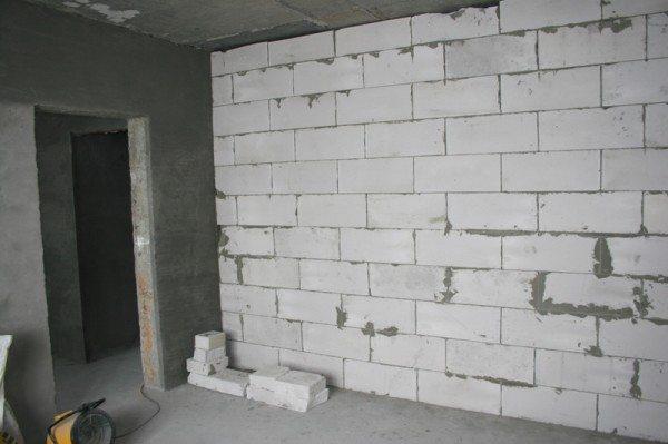 Возведенная стена из пеноблоков