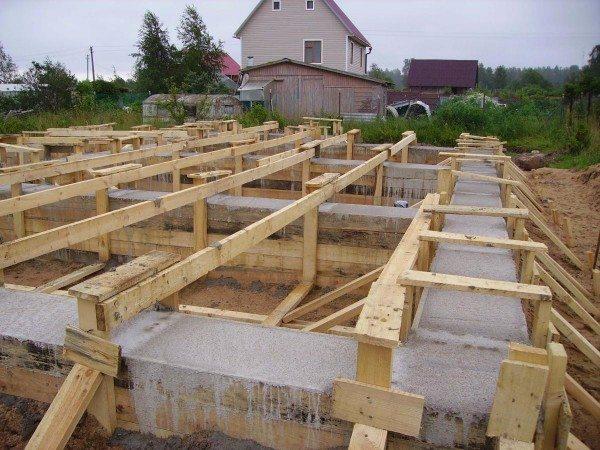 Залитый бетоном фундамент