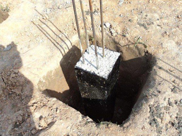 Заливные столбы необходимо покрыть битумом, чтобы снизить негативное воздействие влажности на цемент