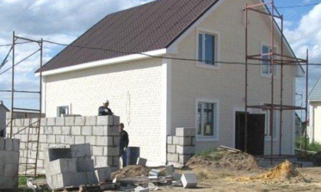 На фото – строительство одноэтажного дома из пеноблоков