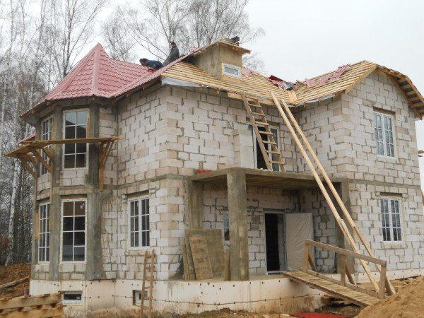 Дом из пеноблока необязательно должен быть одноэтажным, строительный материал высокой плотности позволяет строить двух- а то и трехэтажные сооружения