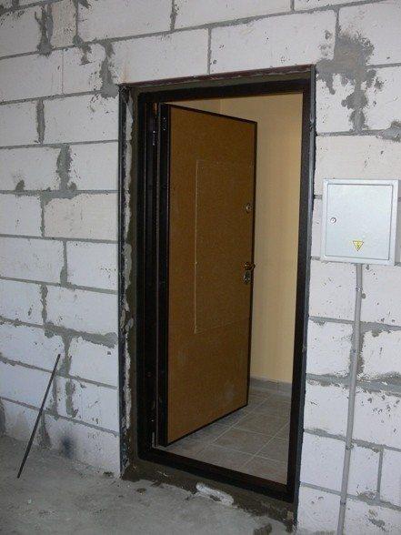 Дверная коробка входной двери после монтажных работ.