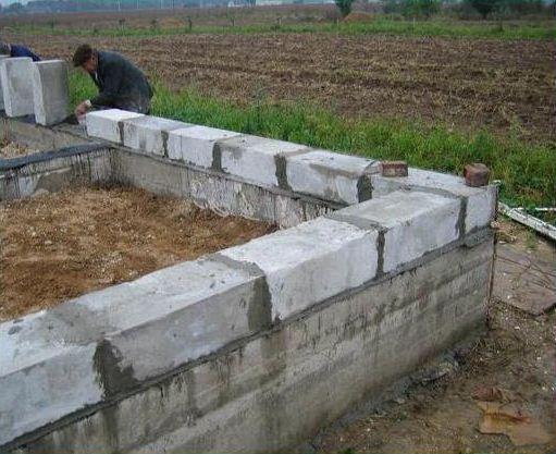 Ленточный мелкозаглубленный фундамент и первый ряд кладки