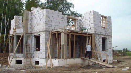 Ленточный фундамент для строений из пенобетона стоит дополнительно утеплить, чтобы вся конструкция обладала одними характеристиками и не создавала перепадов температуры