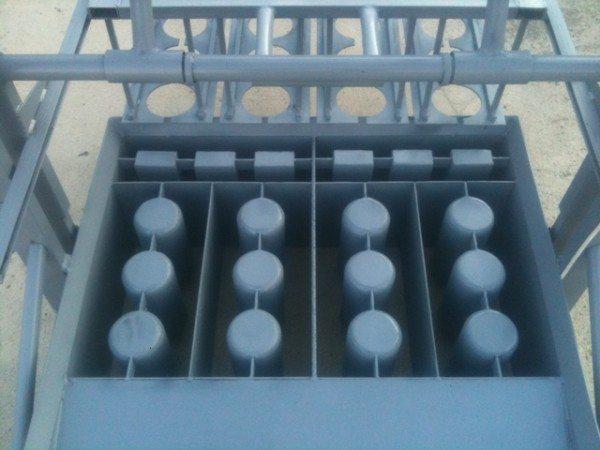 На данном агрегате можно производить не только шлакоблоки, но и тротуарную плитку