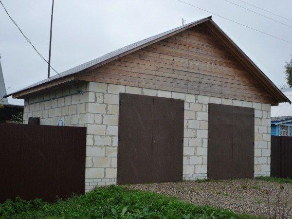 На фото гараж из пеноблоков для двух автомобилей