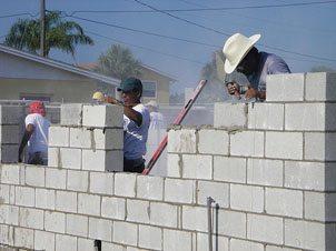 Стены из пенобетонных блоков возводятся очень быстро.