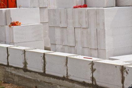 Второй горизонтальный ряд лучше укладывать через 5-6 дней, чтобы цементный раствор полностью затвердел